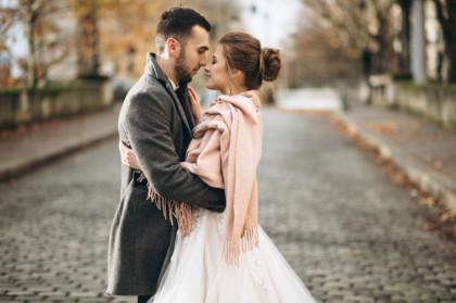 Couple de mariée en hiver